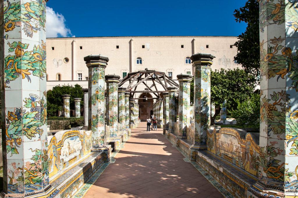 Il chiostro con maioliche del complesso monumentale di Santa Chiara
