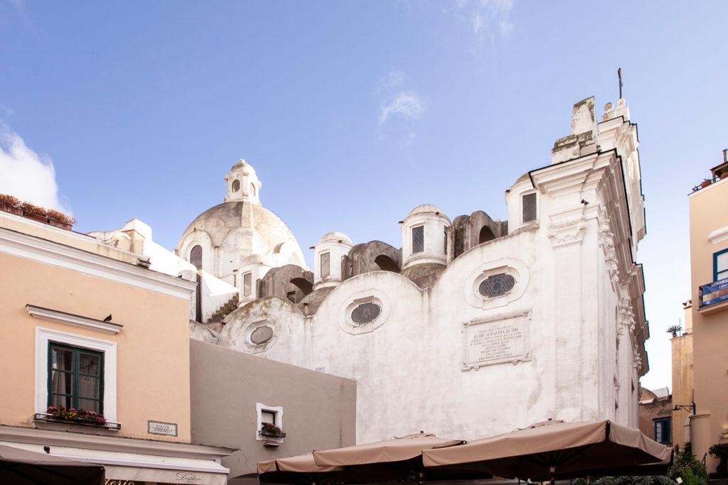 Il fianco della chiesa di Santo Stefano su piazza Umberto I