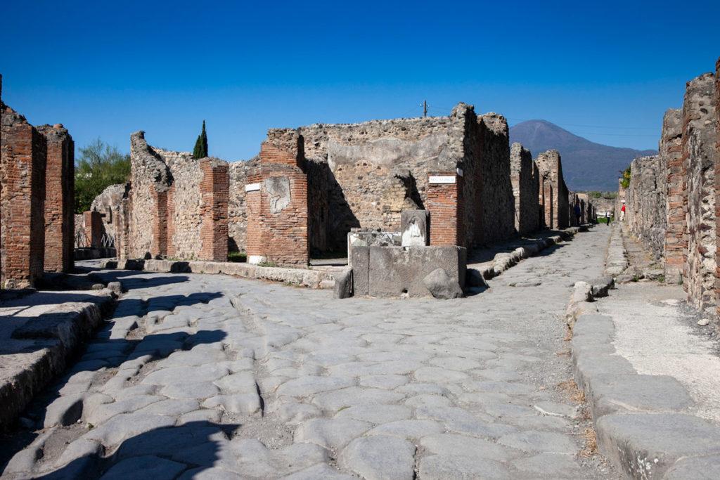 Imbocco di via delle tombe a Pompei