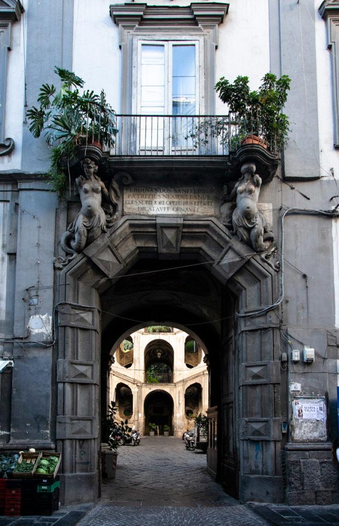 Ingresso al cortile di Palazzo San Felice - Rione Sanità