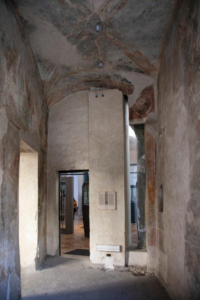Ingresso alla Basilica del Crocifisso dal chiostro del Paradiso