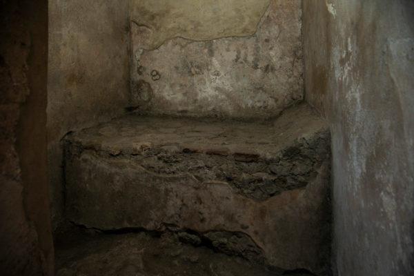 Letto in pietra per le prostitute di Pompei dentro al Lupanare