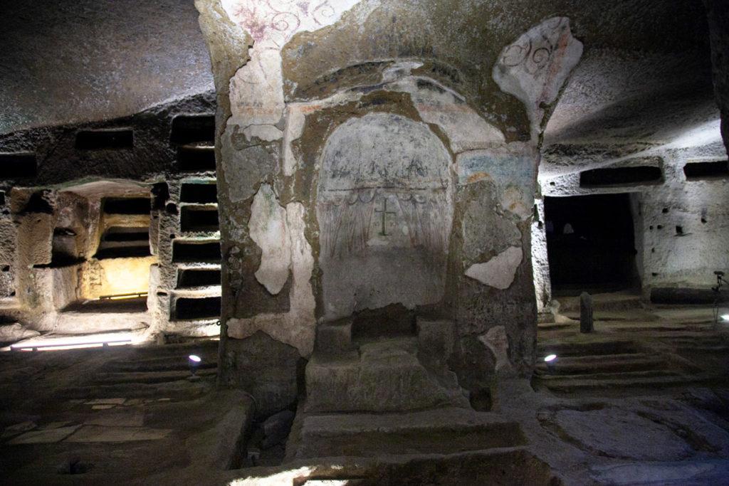 Loculi e tombe dentro alle antiche Catacombe di San Gennaro