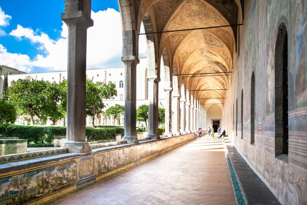 Maioliche e dipinti nel chiostro di Santa Chiara - Cosa vedere a Napoli