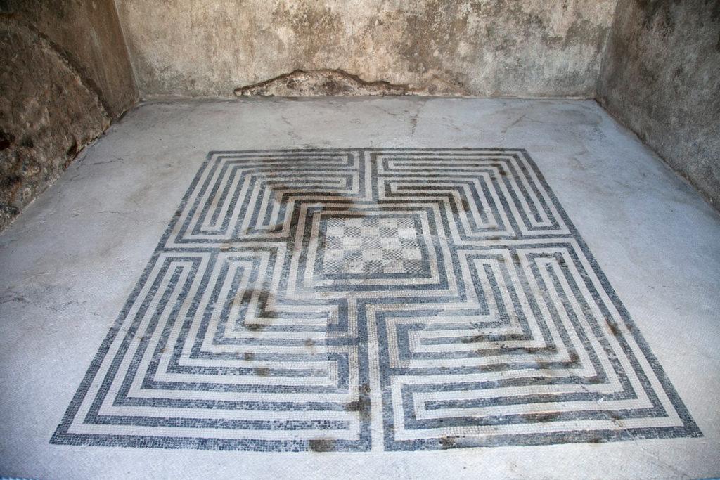 Mosaico dentro alla Casa dei Mosaici Geometrici a Pompei
