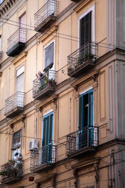 Napoli e signora con il cesto calato dal terrazzo