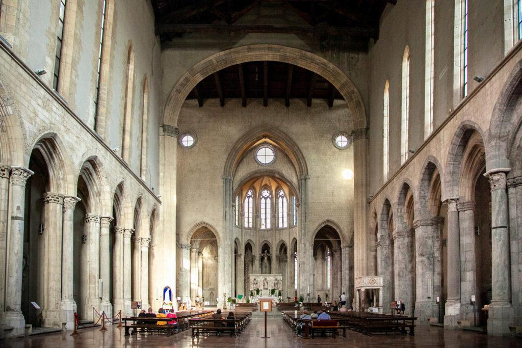 Navata interna della basilica di San Lorenzo Maggiore - Rovine greco romane nei suoi sotterranei