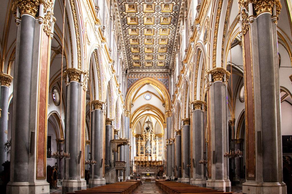 Navata interna della grande chiesa di San Domenico Maggiore