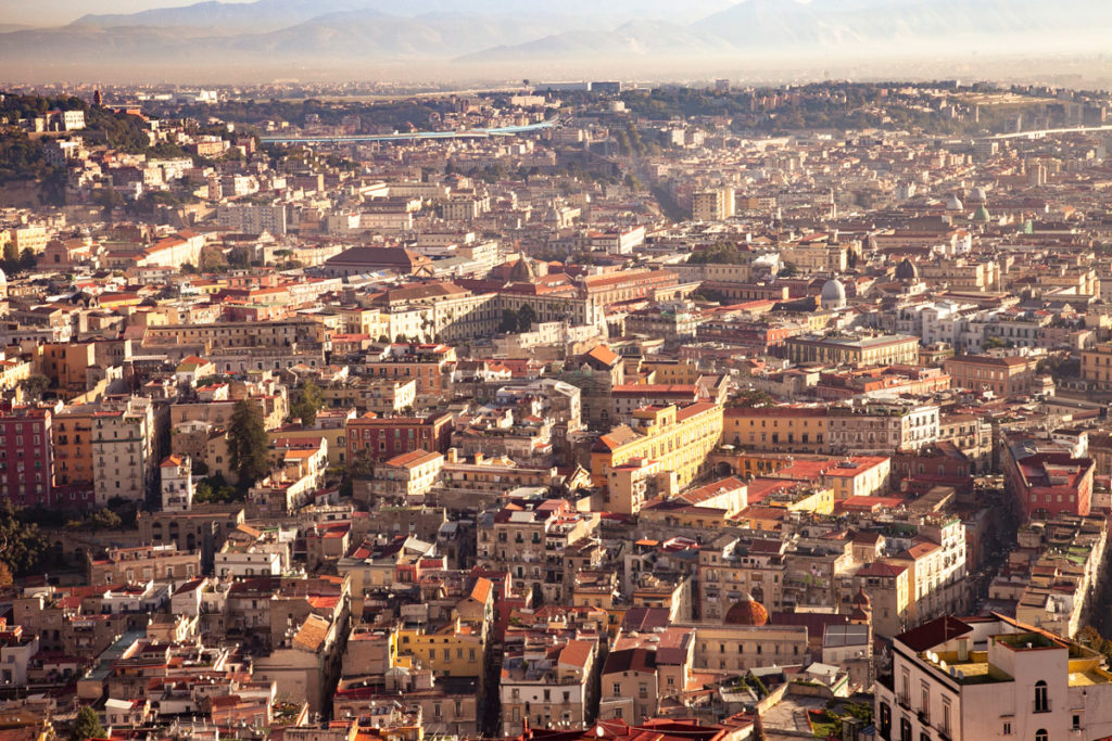 Panorama all'alba sul centro storico di Napoli