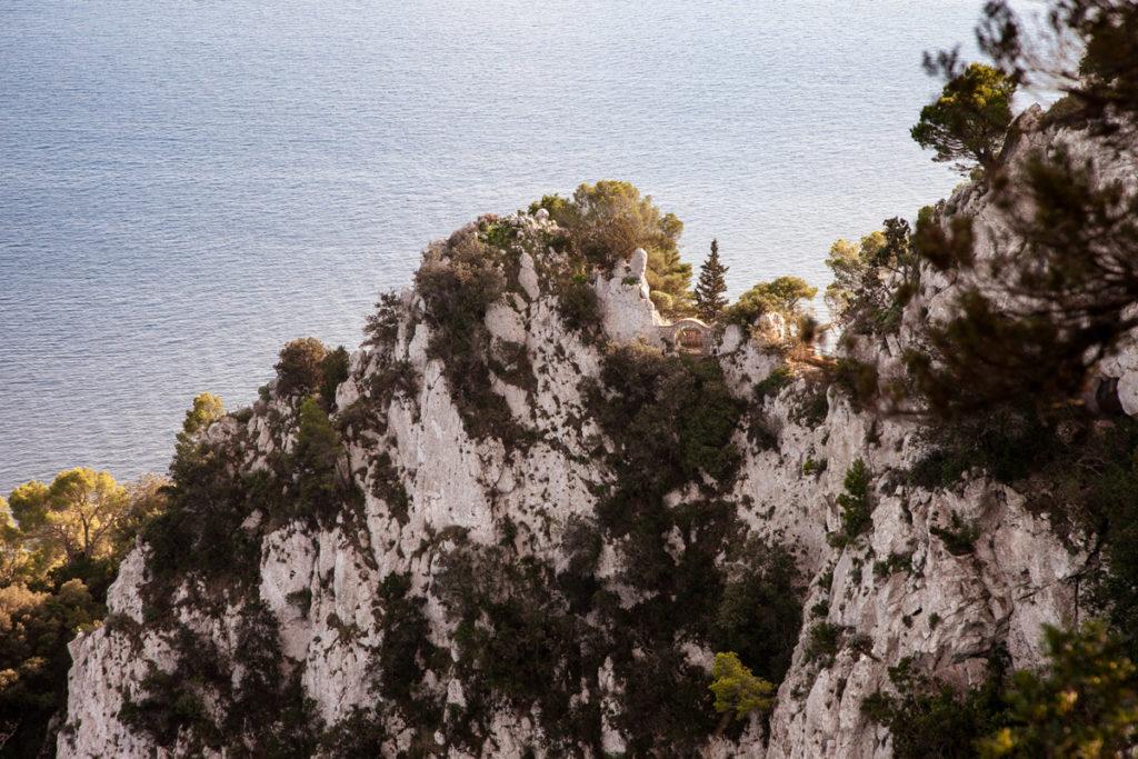 Parco al di sotto di Villa Jovis e scogliera di Capri