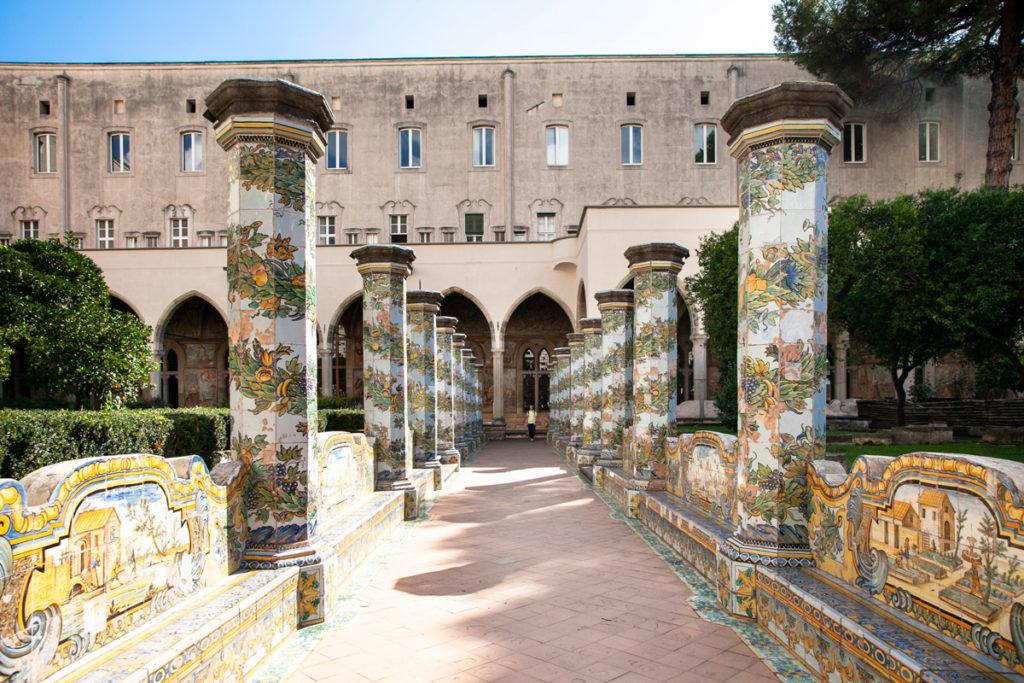 Passeggiata tra le maioliche del chiostro del complesso monumentale di Santa Chiara a Napoli