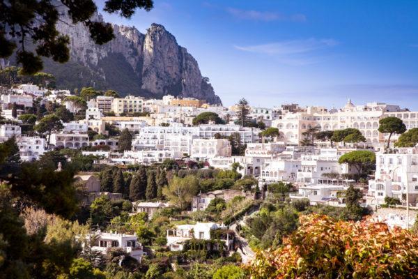 Passeggiata verso il Belvedere di Tragara a Capri - Panorama sulla città
