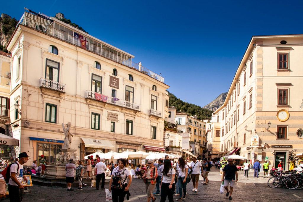 Piazza del Duomo di Amalfi e i suoi bar