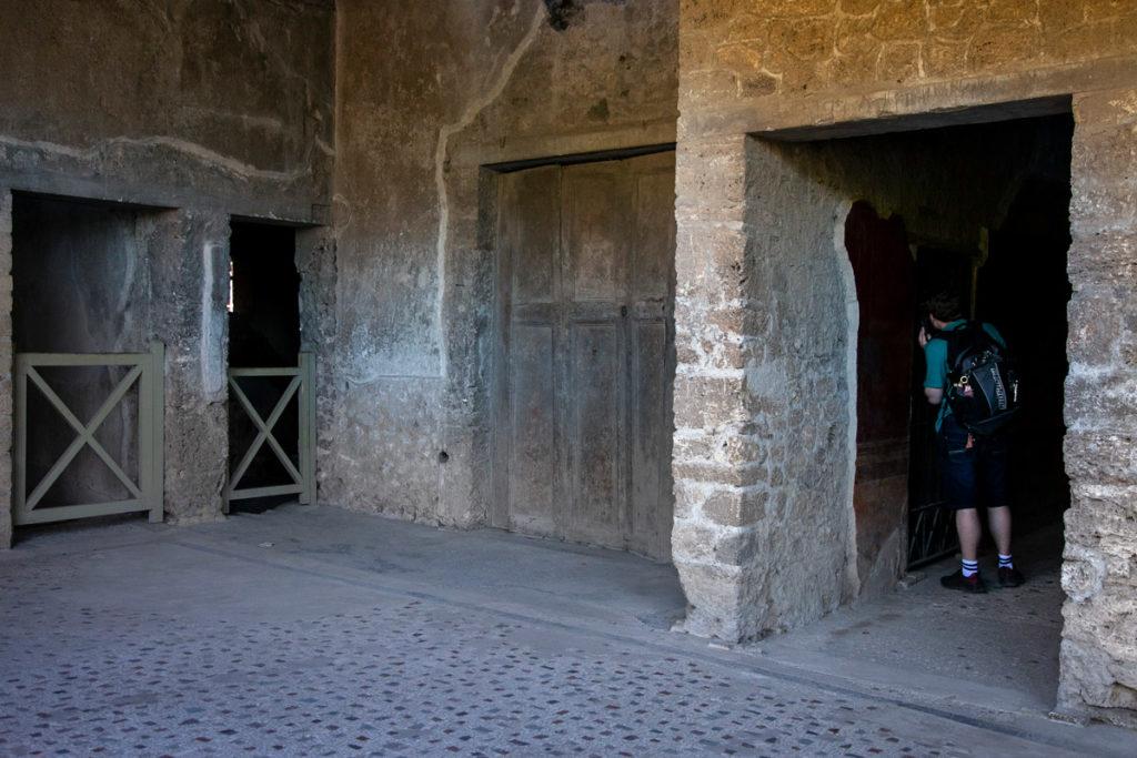 Porticato e ingressi alle stanze della villa dei Misteri