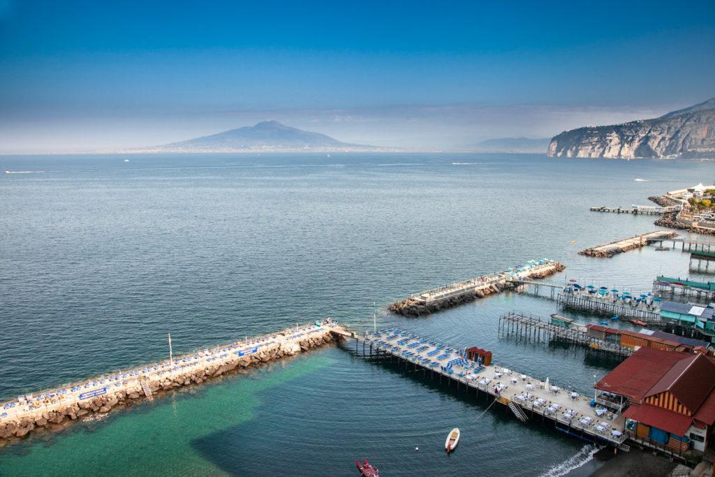 Porticciolo e spiagge di Marina Grande con panorama sul Vesuvio