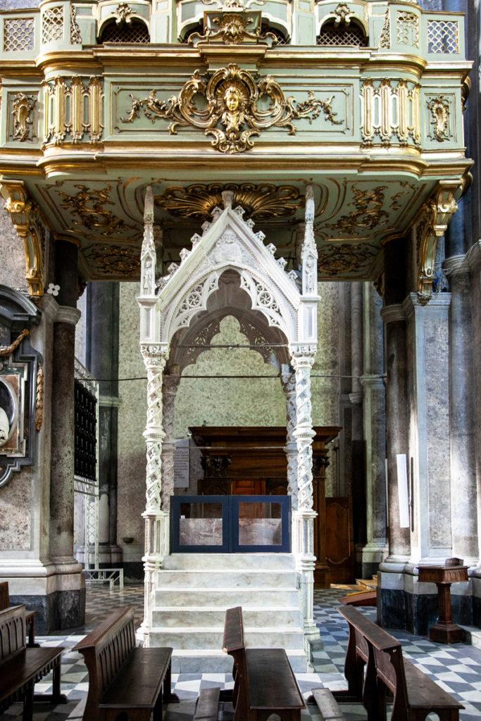Pulpito in marmo nel duomo di Napoli