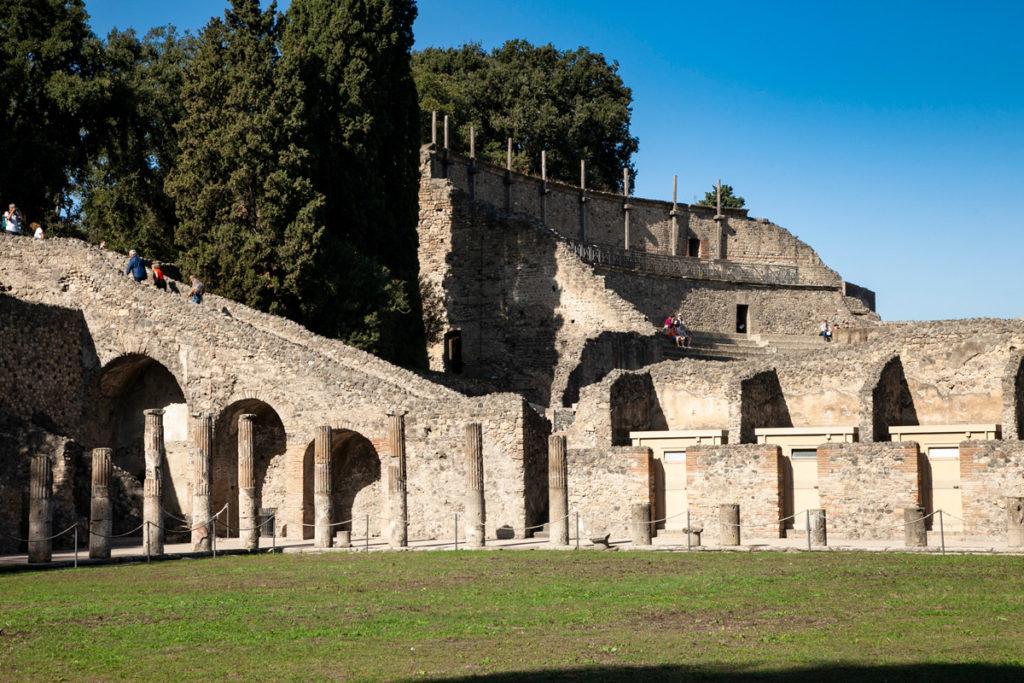Quadriportico dei Teatri o Caserma dei Gladiatori