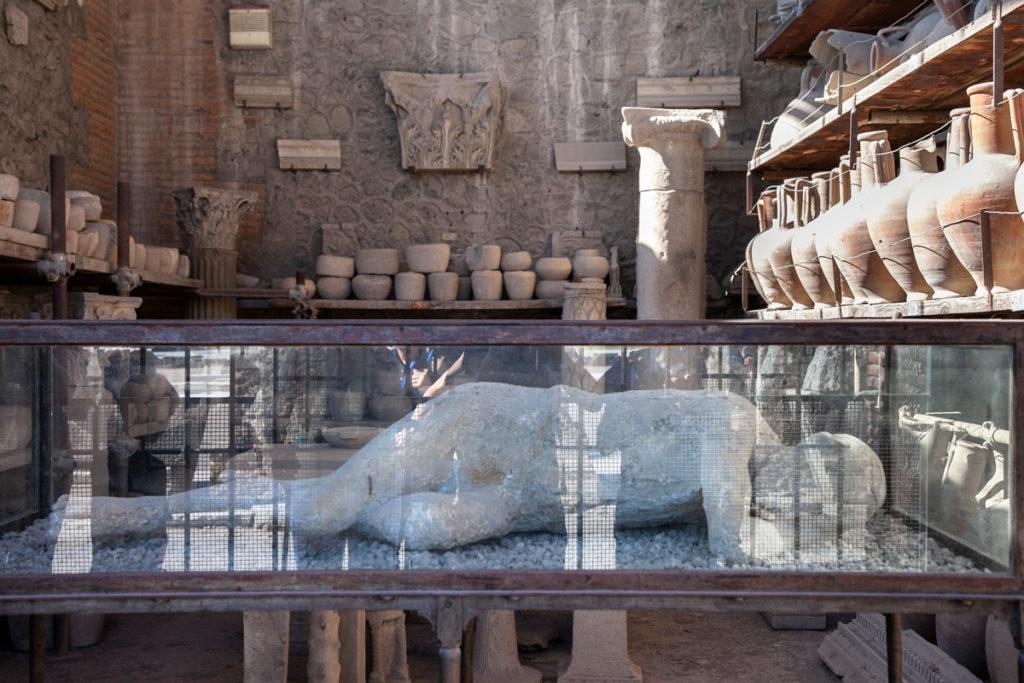 Reperti ritrovati a Pompei e calchi in mostra nei Granai del Foro