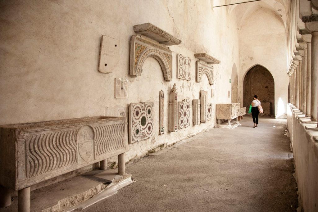 Resti archeologici sotto al porticato del chiostro del paradiso