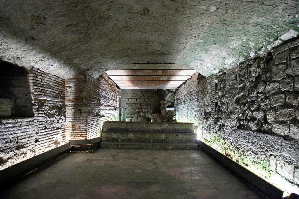 Resti del teatro romano di Napoli utilizzati per abitazioni
