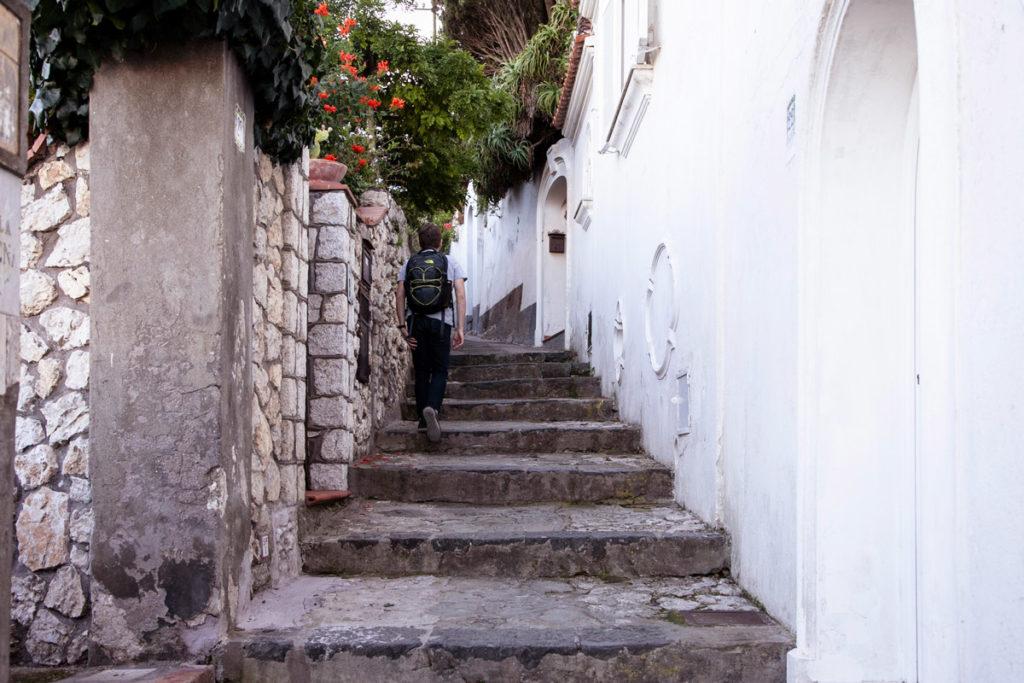 Scalinata e muri a calce bianca a Capri