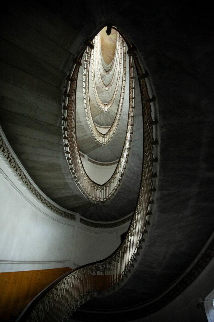 Scalinata ellittica dentro al palazzo Mannajuolo