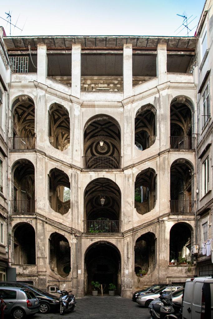 Scalone interno di Palazzo San Felice a Napoli