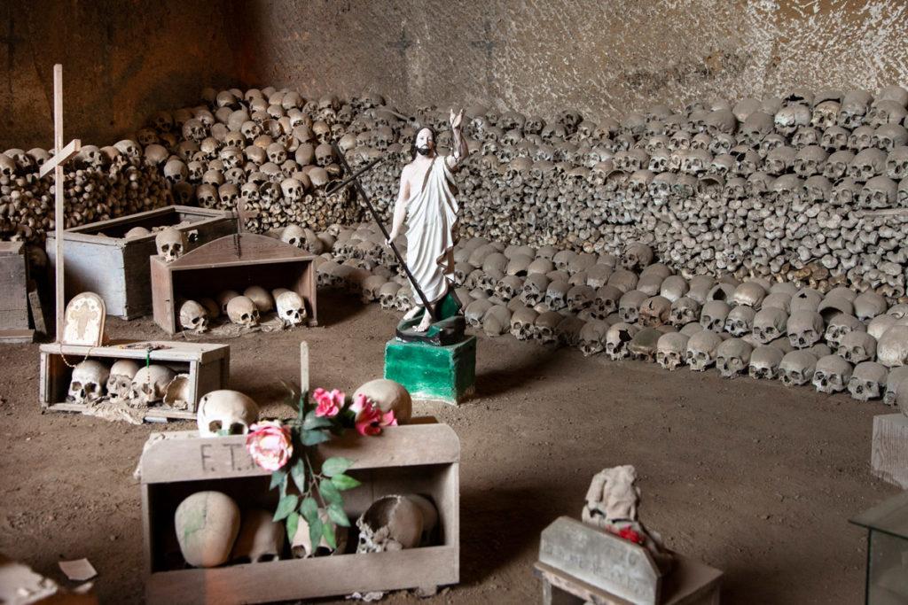 Scheletri e Teschi nell ossario del Cimitero delle Fontanelle - Cosa vedere a Napoli