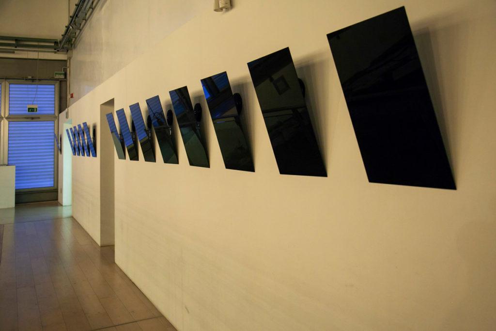 Specchi neri che sussurrano frasi delle vittime di Ustica