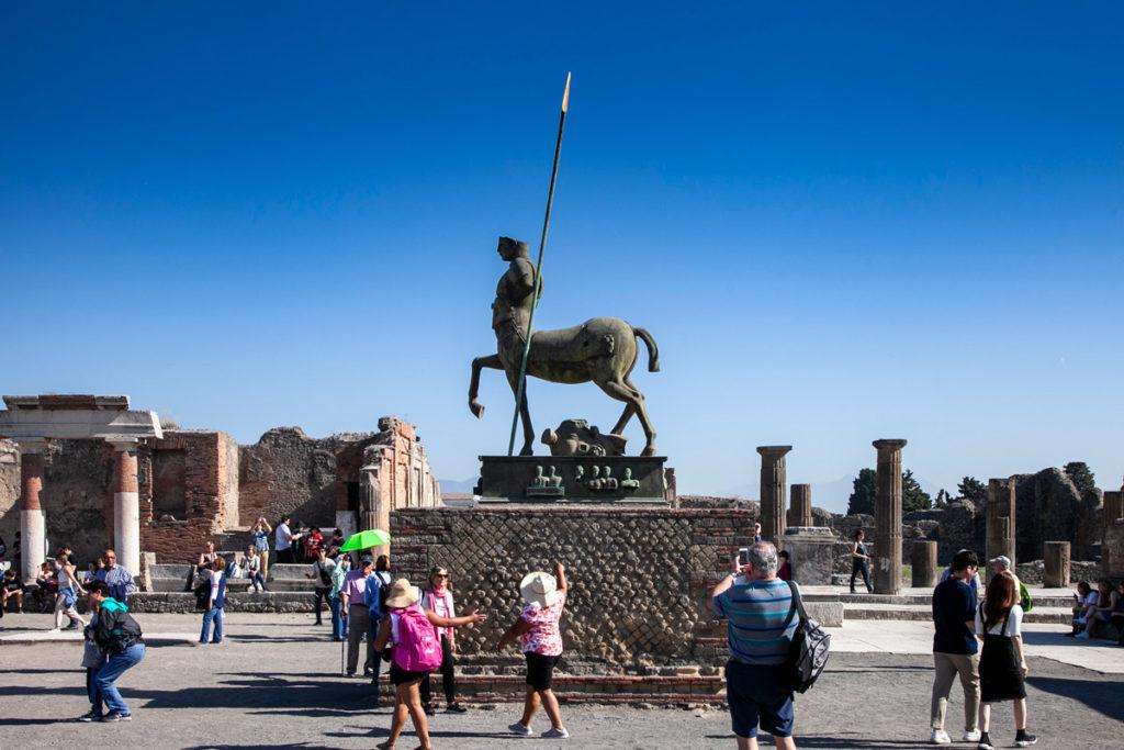 Statua centrale nel Foro di Pompei