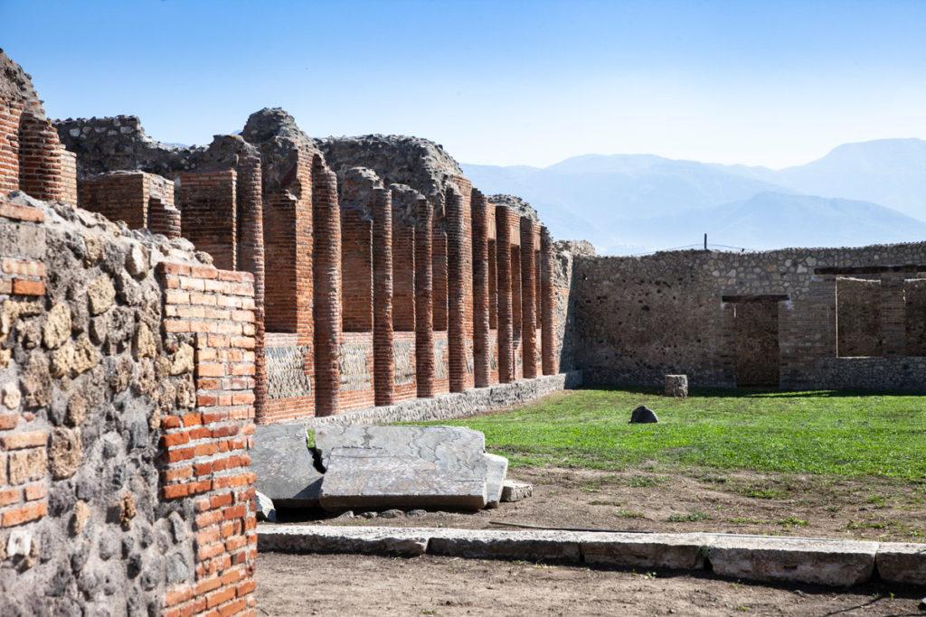 Terme Centrali di Pompei - Colonne e giardino