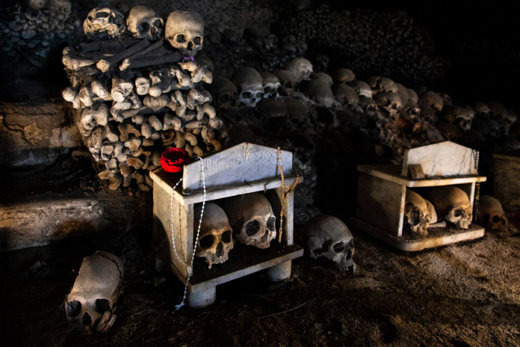 Teschi e anime pezzentelle nel Cimitero delle Fontanelle - Caverne di Napoli