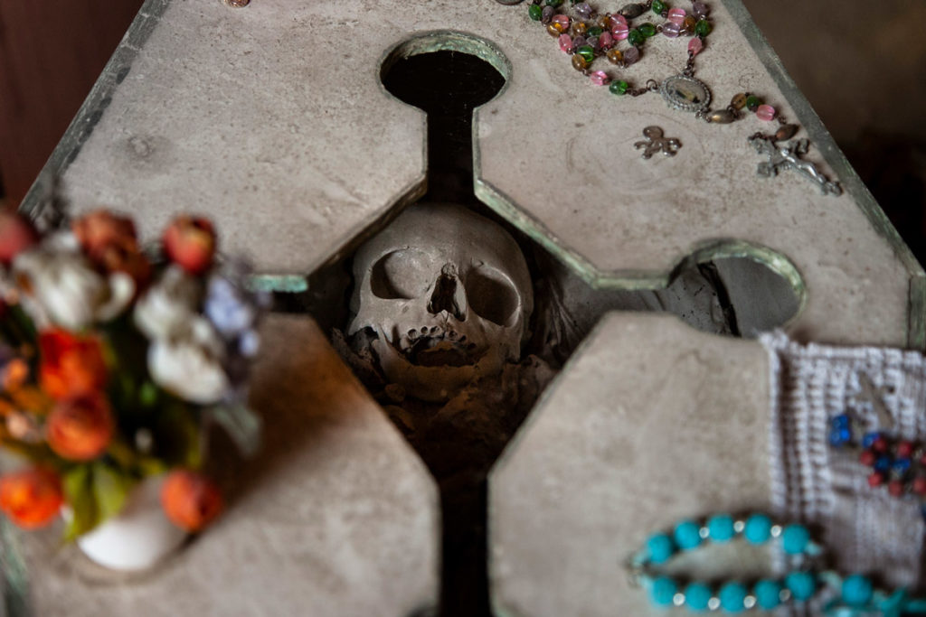 Teschi e tombe nel cimitero delle Fontanelle di Napoli