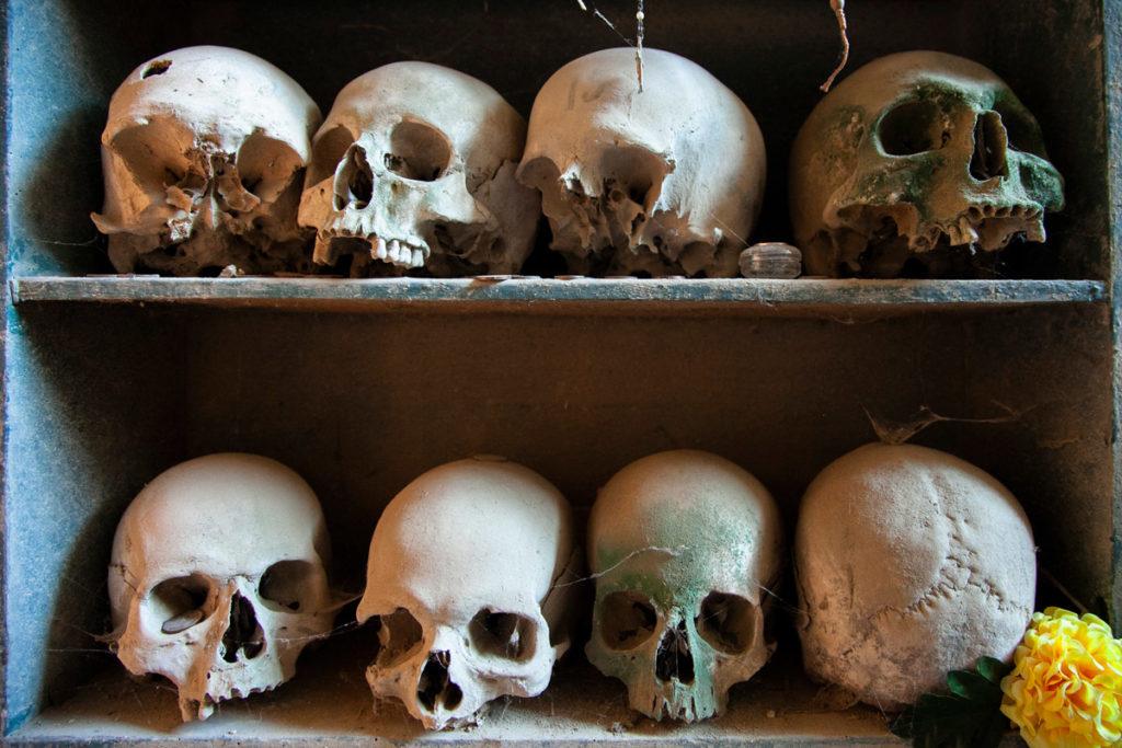 Teschi esposti nel cimitero delle Fontanelle - Cosa vedere a Napoli