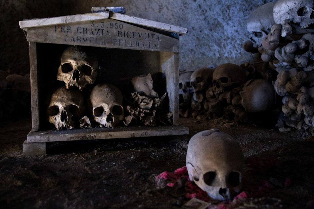 Teschi nelle teche del Cimitero delle Fontanelle