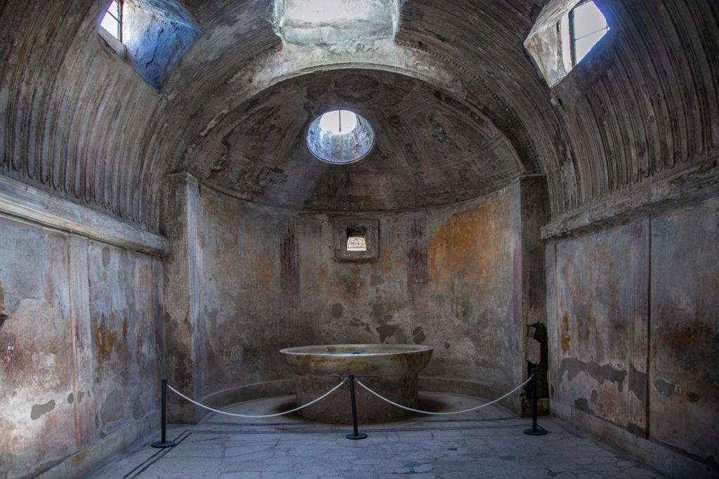 Vasca e cupola delle terme del foro di Pompei