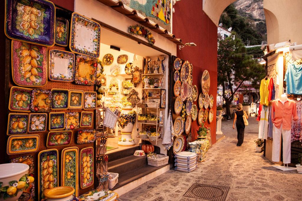 Vicoli del centro di Positano e botteghe di ceramica