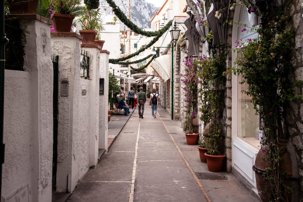 Vicoli del centro storico di Capri con Negozietti