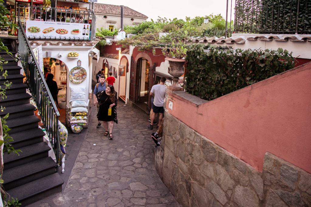 Vicoli del centro storico di Positano tra botteghe e artigiani