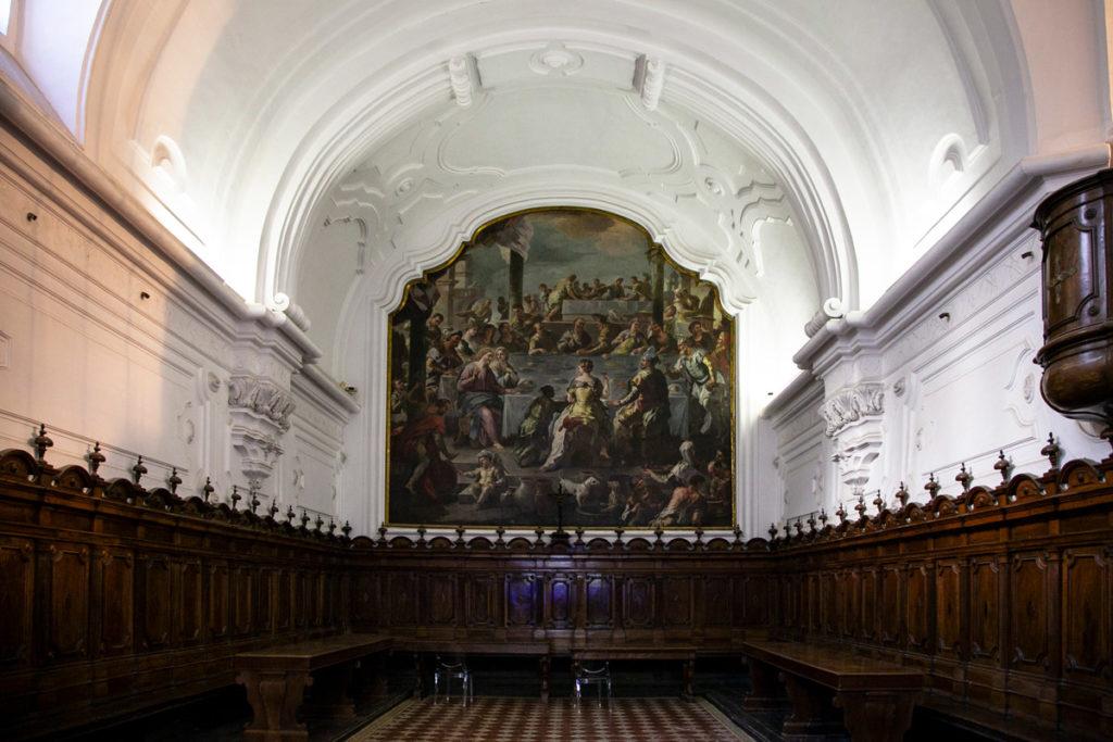 Volte chiare e scranni in legno nel refettorio della Certosa di San Martino al Vomero
