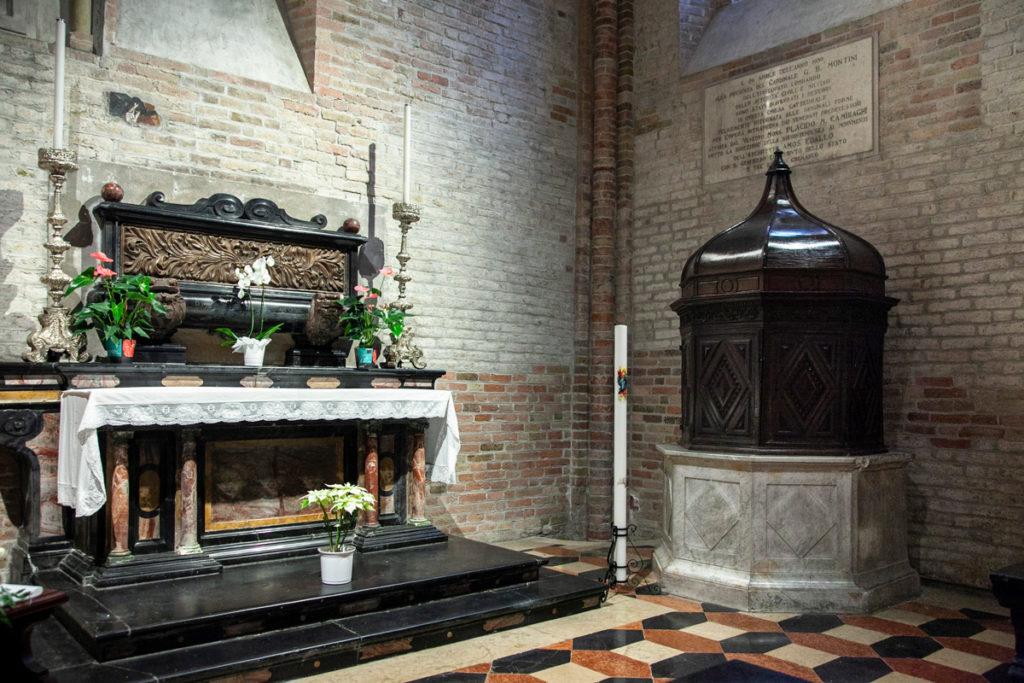 Cappella laterale del duomo di Crema con fonte battesimale