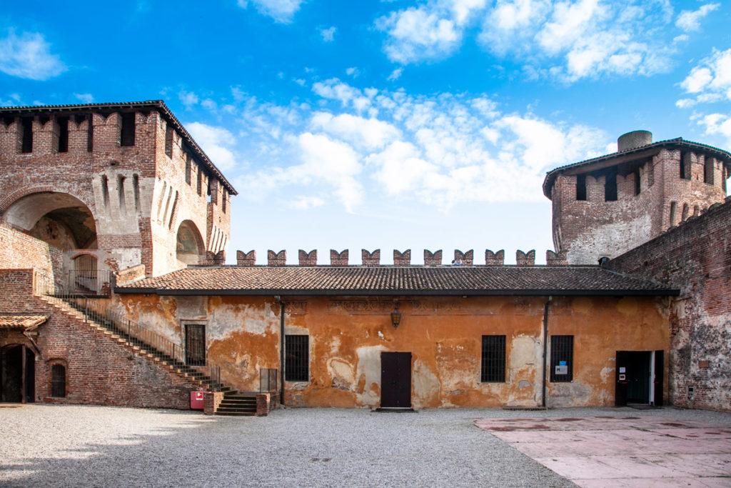 Cortile interno con Torre cilindrica e una torre gemella con la cappella