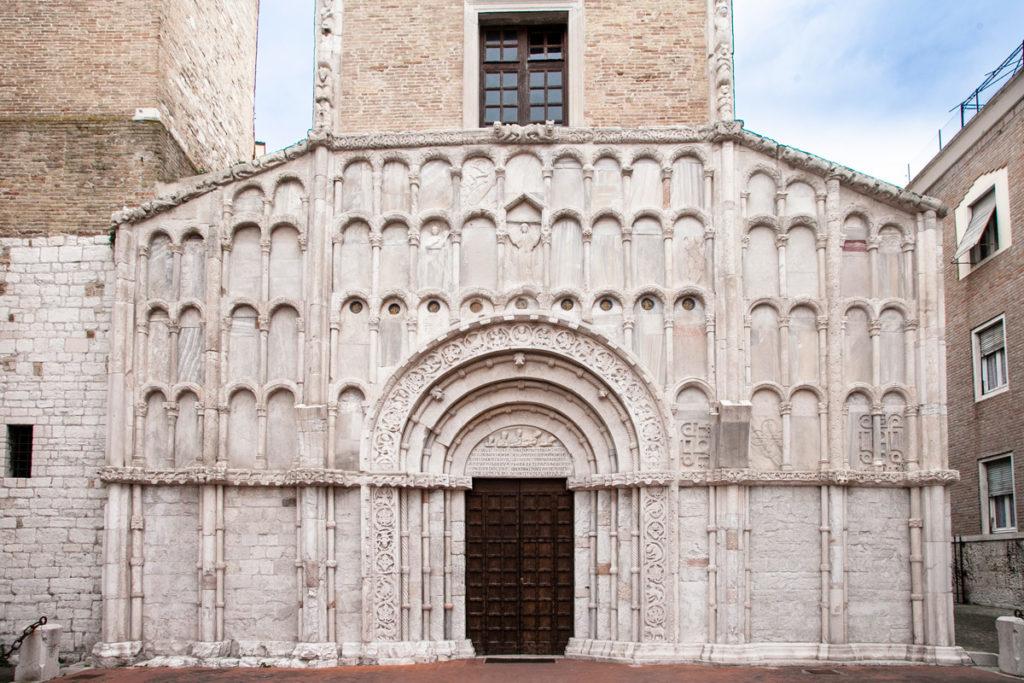 Dettaglio dei decori della chiesa di Santa Maria della Piazza - Archetti