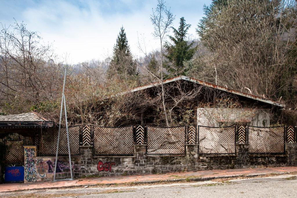 Edifici abbandonati nel borgo di Mario Bagno - Consonno
