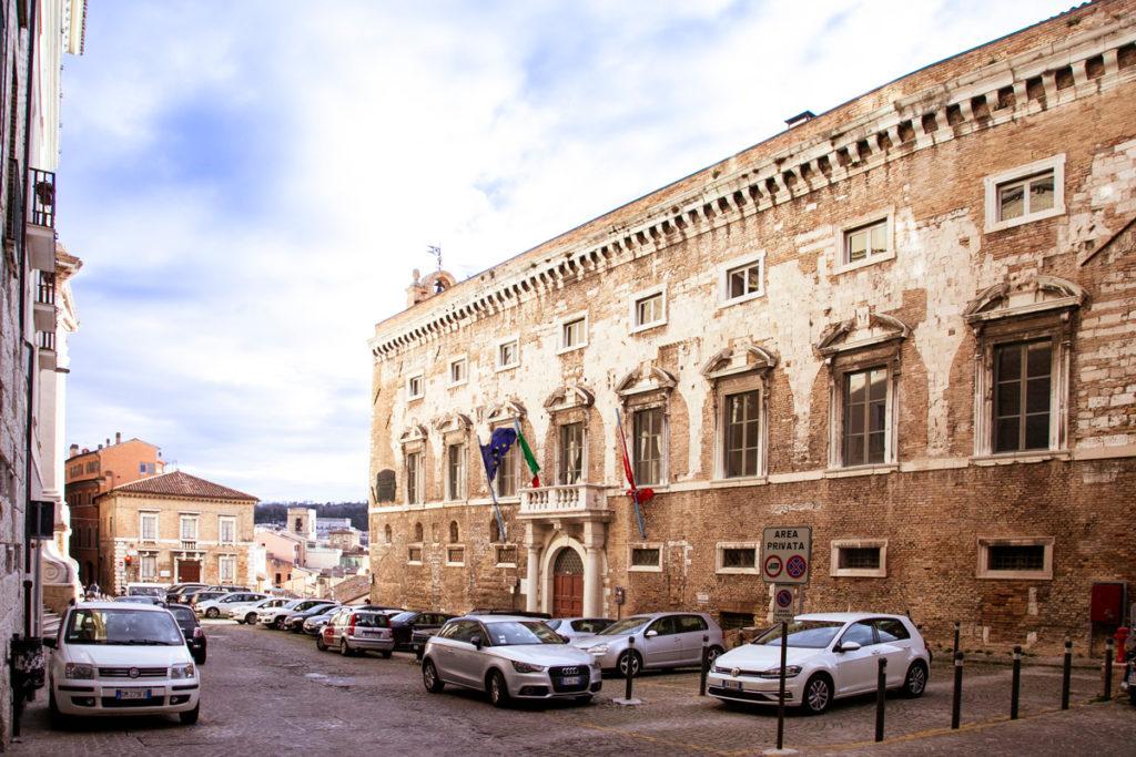 Facciata del palazzo degli Anziani di Ancona - lato collina