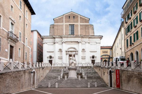 Facciata della chiesa di San Domenico e statua di papa Clemente XII ad Ancona
