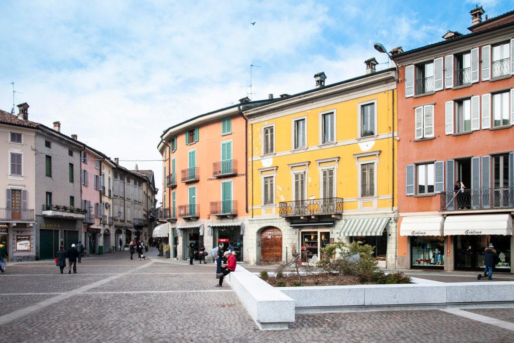 Facciate color pastello degli edifici su piazza Garibaldi di Crema