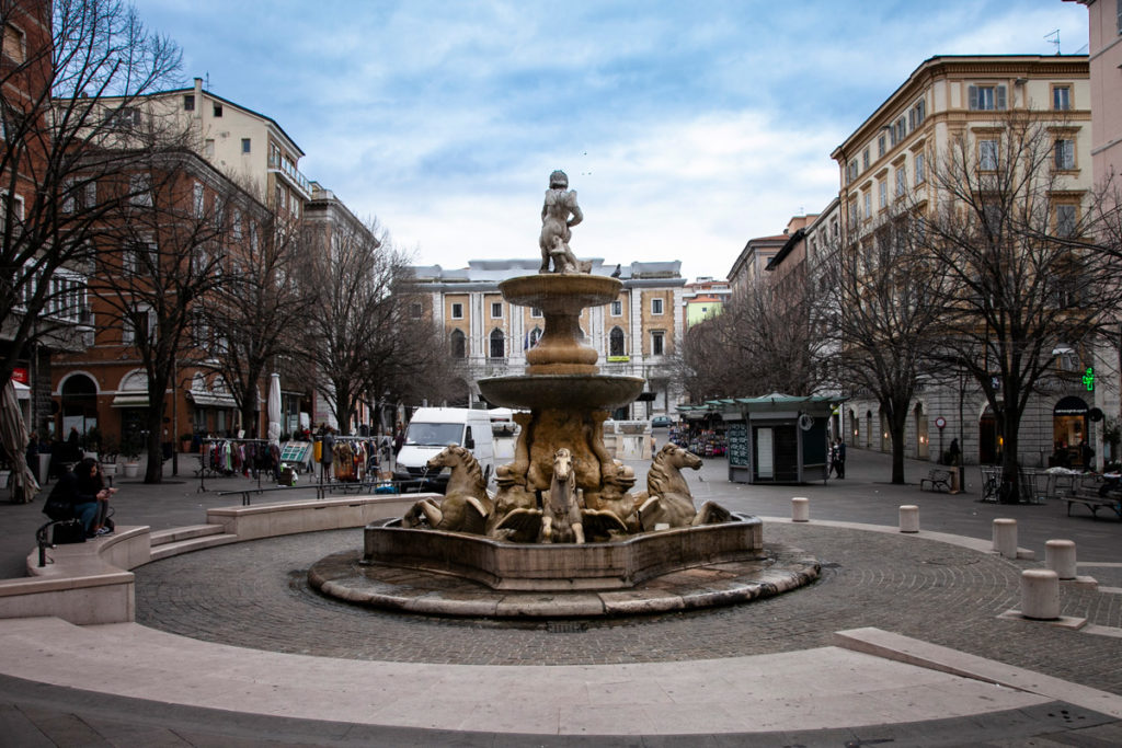 Fontana dei Cavalli in piazza Roma