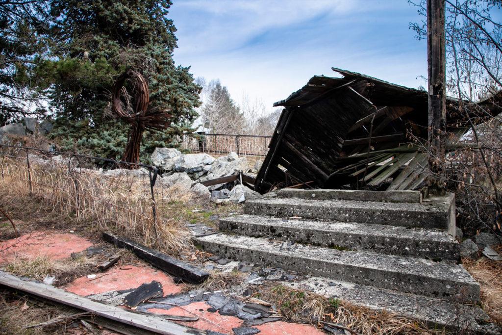 Fontana e strutture in legno del borgo di Consonno - borgo abbandonato