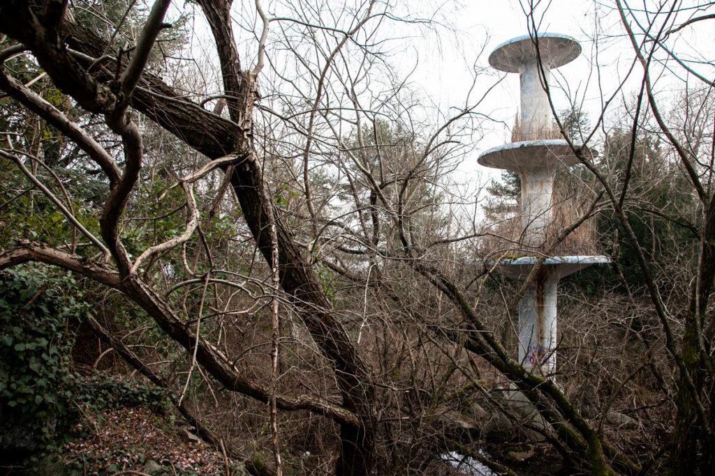 Fontana e torre dentro al borgo abbandonato di Consonno
